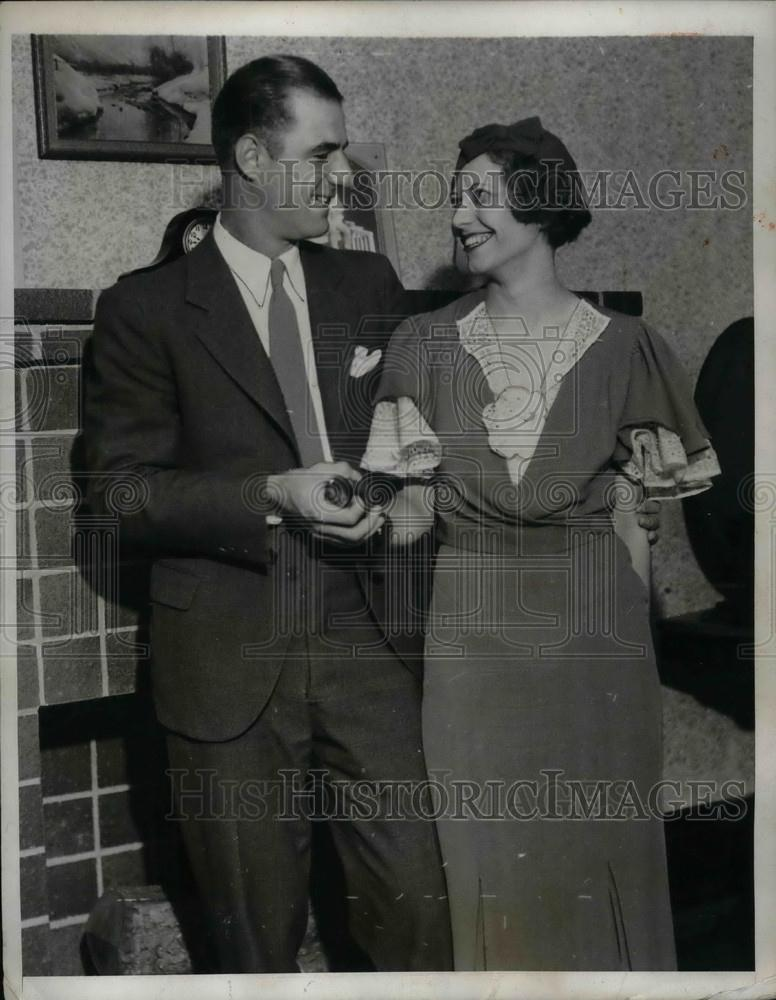 1933 Press Photo Bill Jupoes Chicago Cubs with New Wife Mary - nea02066 - Historic Images