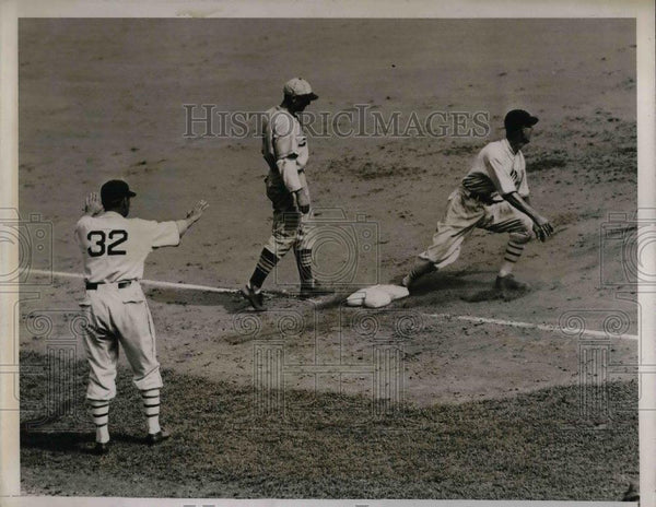 1935 Press Photo Travis Jackson New York Giants 3rd Baseman Safe at 2nd - Historic Images