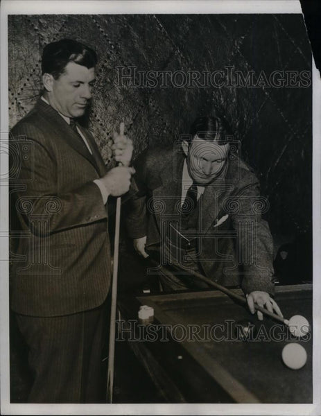 1935 Press Photo Cubs Catcher Gabby Hartnett & Manager Charlie Grimm Play Pool - Historic Images