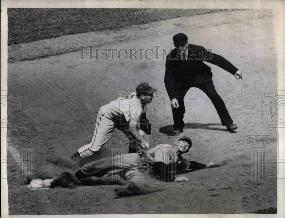 1944 Press Photo Al Kreitner Catcher Cubs Out At 3rd Hugh Luby Giants MLB Game - Historic Images
