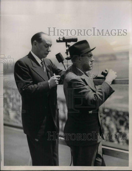 1945 Press Photo CBS Sportscaster Fred Husing with his Asst. Jimmy Dolan. - Historic Images