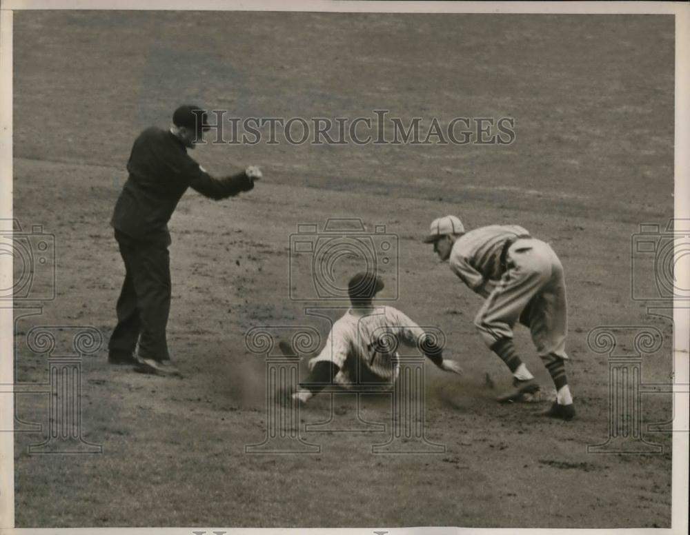 1940 Press Photo Henrich of Yankees tries to steal 2nd base - nea10265 - Historic Images