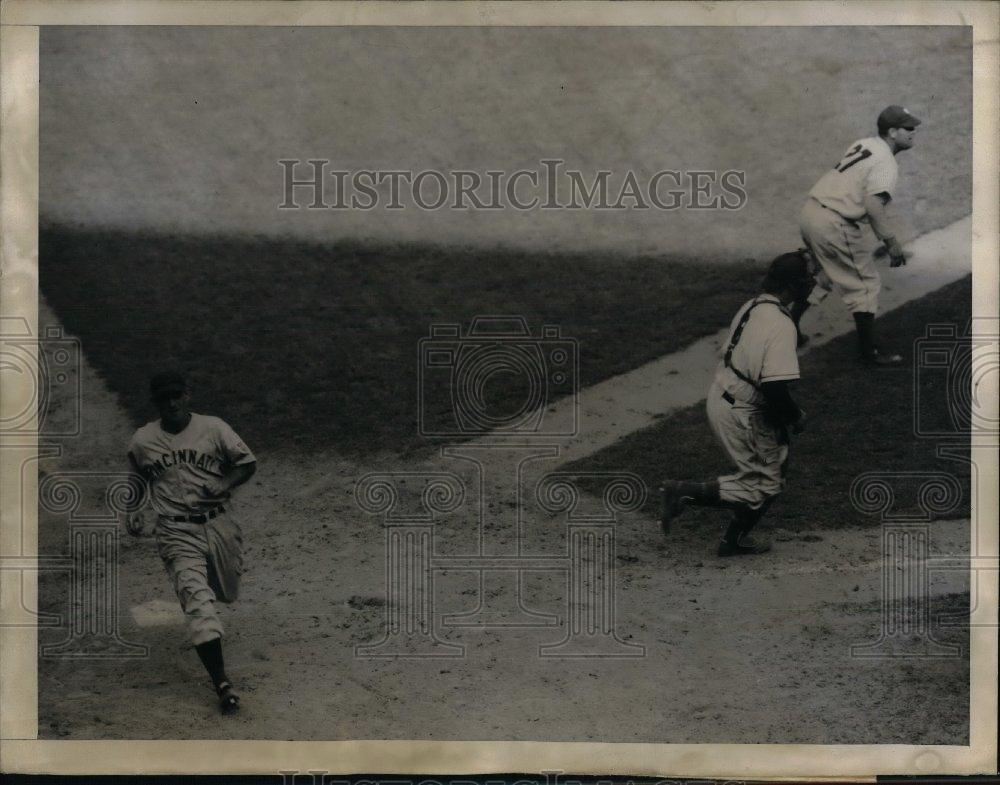 1943 Press Photo Cincinnati Center Fielder, Gerald Walker,Catcher Ernie Lombardi - Historic Images