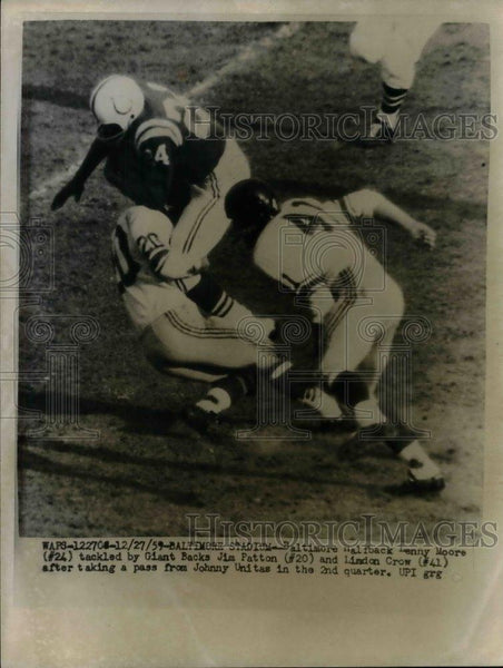 1959 Press Photo Baltimore Fullback Denny Moore Tackled By Giants Patton & Crow - Historic Images