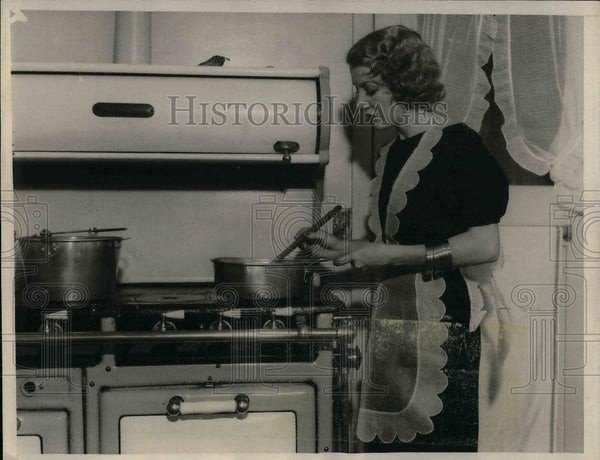1932 Press Photo Actress & wife of Edgar Selwyn cooks in her Beverly Hills, Ca. - Historic Images