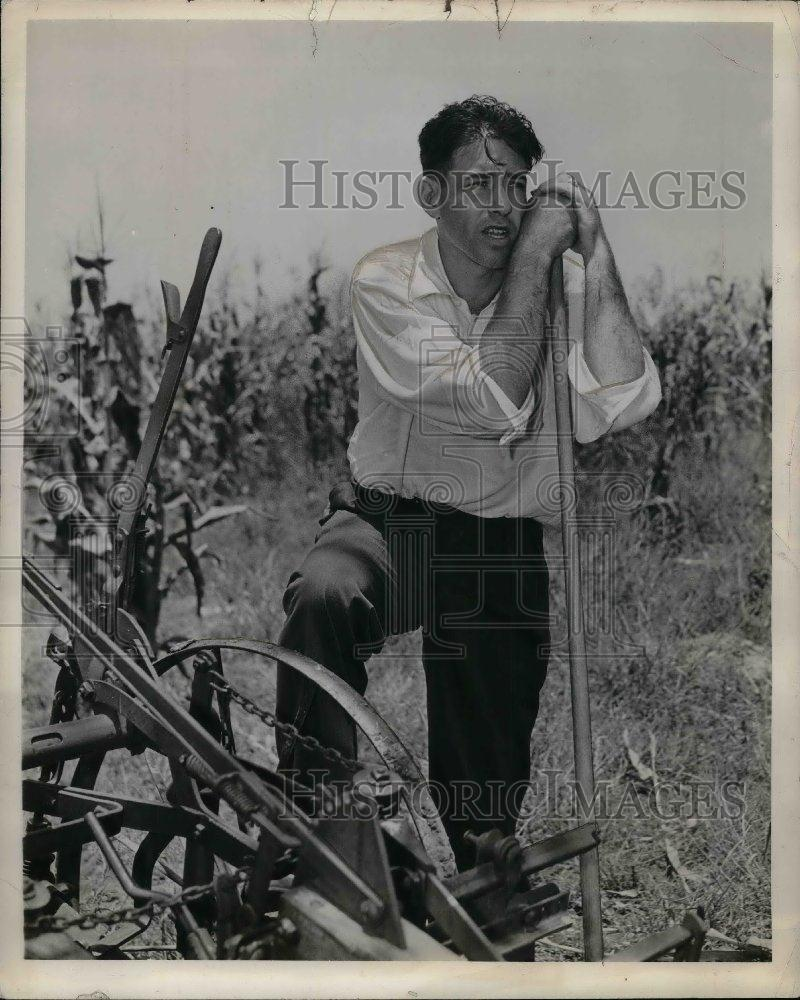 1938 Press Photo Paul Daffy Dean works on farm - nea07589 - Historic Images