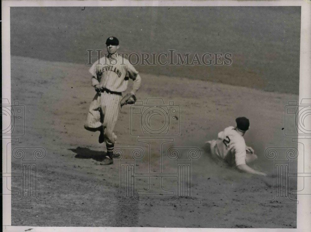 1937 Press Photo Rolfe of the Yankees safe at 2nd - nea10224 - Historic Images