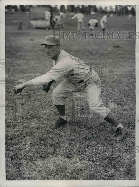 1935 Press Photo Athletics Pitcher Vernon Wilbhere Warms Up At Training Camp - Historic Images
