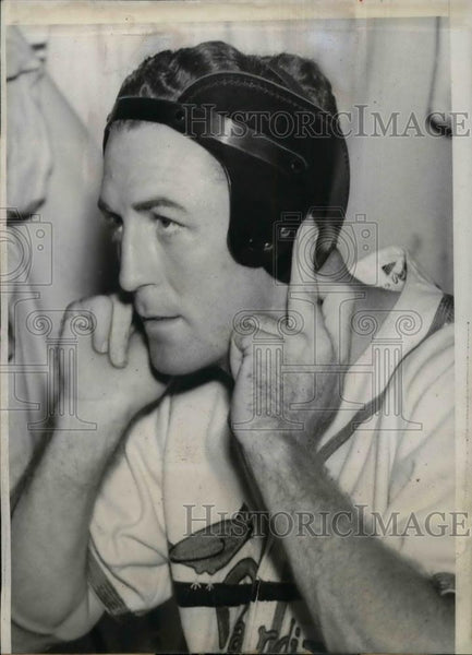 1940 Press Photo Terry Moore, of Cardinals, tries on his scientific helmet. - Historic Images