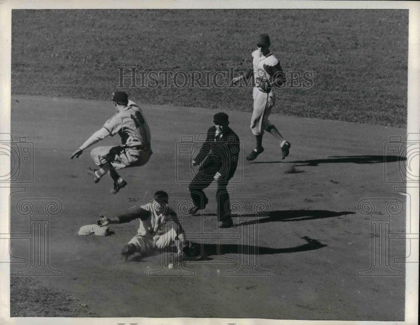1942 Press Photo Cardinal Harry Walker vs Cubs Len Merullo, ump Bill Sturgeon - Historic Images