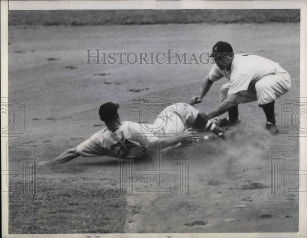 1946 Press Photo Boston Red Sox Right Fielder Wally Moses Attempting 2nd Base - Historic Images