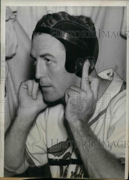 1940 Press Photo Terry Moore, of Cardinals tried on his Scientific Helmet. - Historic Images