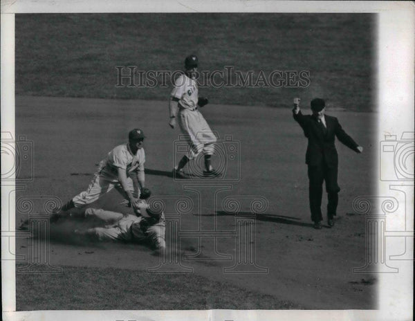 1946 Press Photo Philly's Wyrostek Out At 2nd On Double Play Giant Wytek - Historic Images