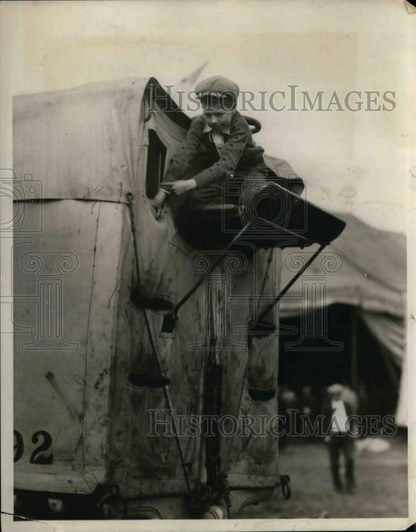 1929 Press Photo Circus Worker Tends To Trailer - nea17123 - Historic Images