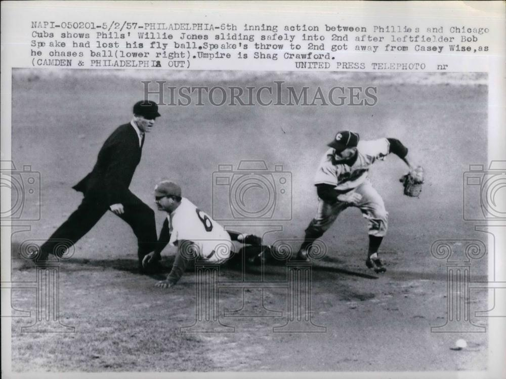 1957 Press Photo Phils' Willie Jones sliding safely, Casey Wise chase the ball - Historic Images