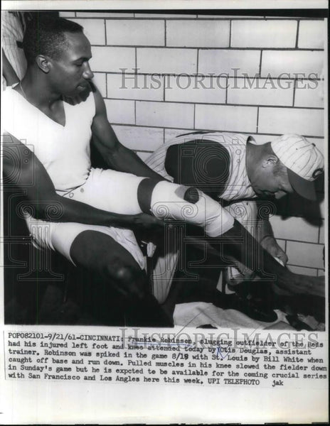 1961 Press Photo Frankie Robinson of Reds injured his left foot and knee. - Historic Images