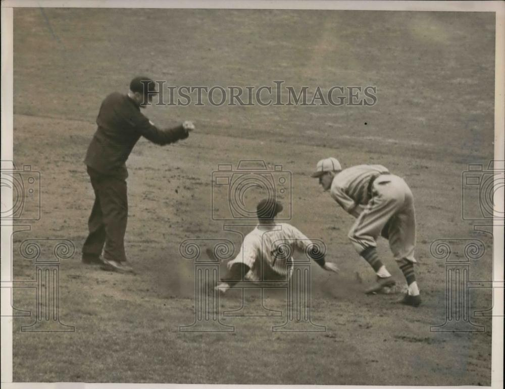 1940 Press Photo Yankee Henrich tries to steal 2nd base - Historic Images