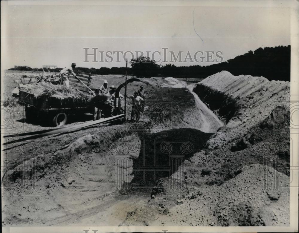1939 Press Photo Lyle J Doxle digging trench silo to store feed for animals - Historic Images