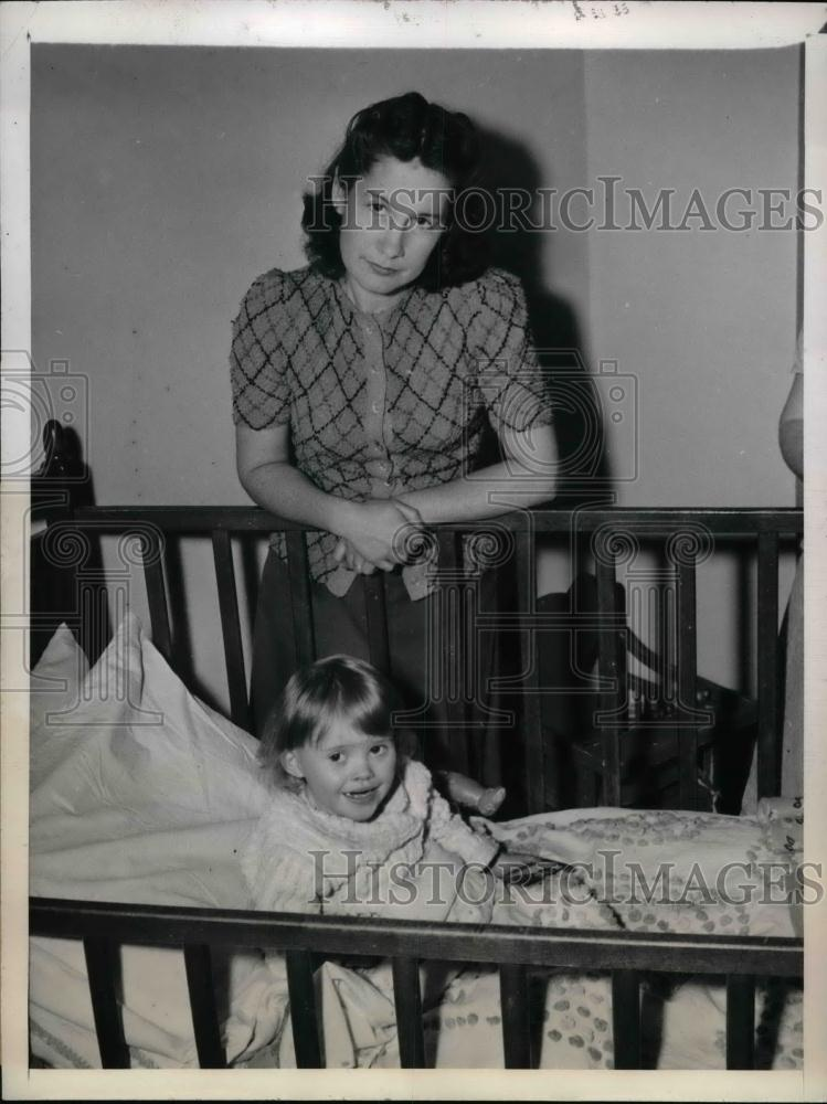1945 Press Photo Carol Wheeler Wife Of S 1/C Frank Wheeler & Daughter Lillian - Historic Images