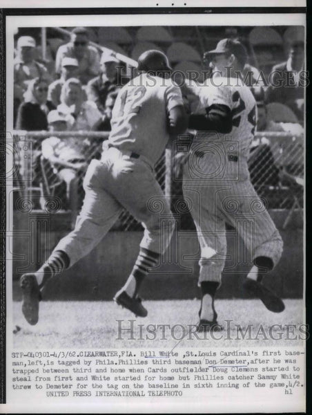1962 Press Photo Cardinals First Baseman Bill White Tagged Out - nea18990 - Historic Images