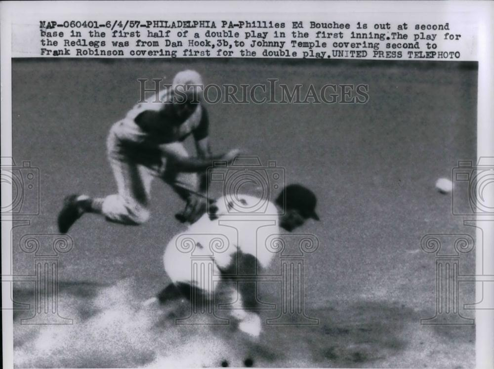 1957 Press Photo Philadelphia Phillies Ed Bouche On Second Base During Game - Historic Images