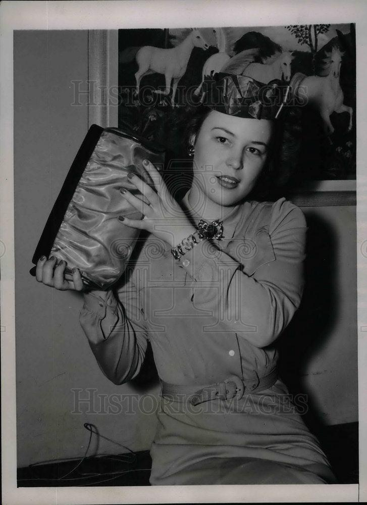 1940 Press Photo Kitty O'Hey with purse and ornaments of plastic - nea21392 - Historic Images