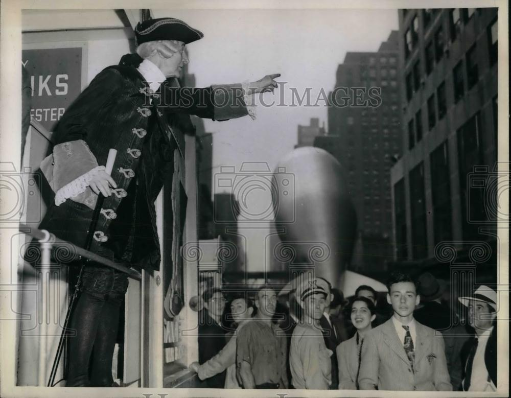 1944 Press Photo Finance Department Employee Charles Keane As Knickerbocker - Historic Images