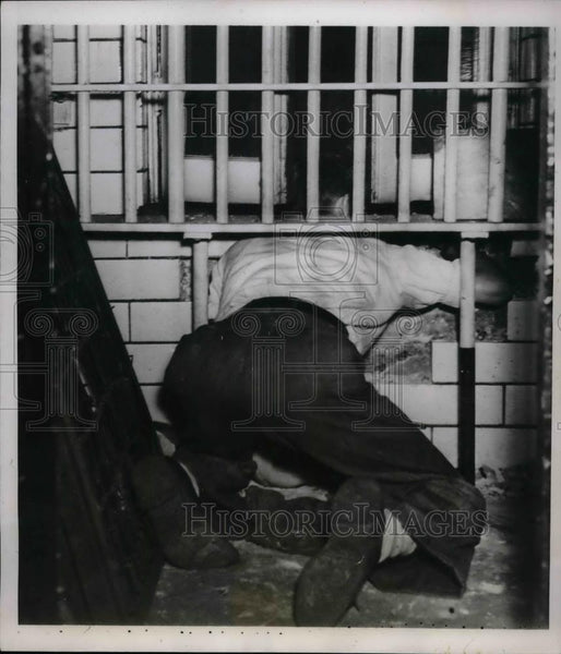 1938 Press Photo A reporter showing how John Couch escaped from Ramsey Jail - Historic Images