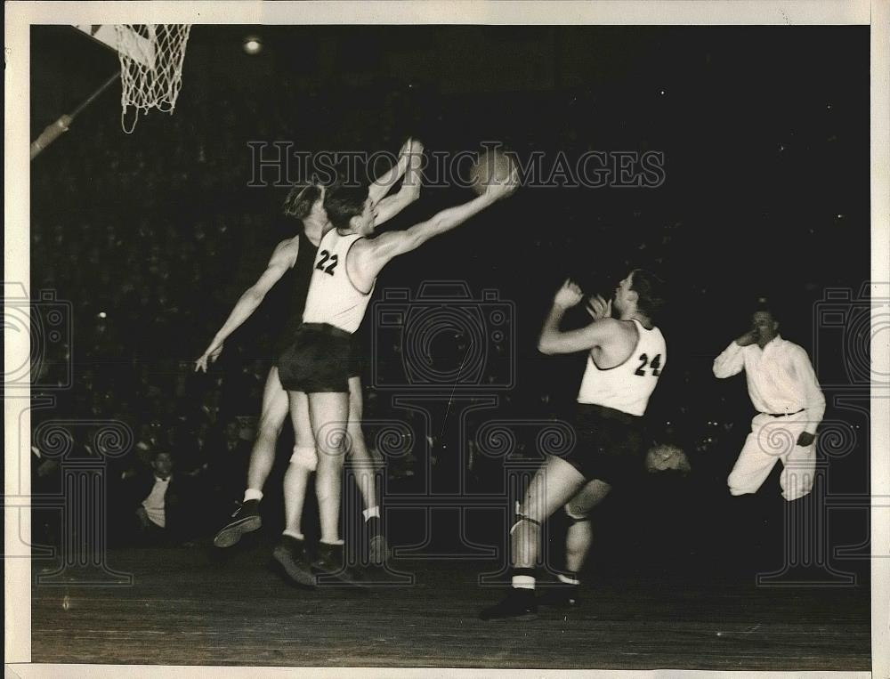 1935 Press Photo Madison Square Garden Basketball Game with Duquesne and LIU - Historic Images