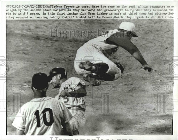 1961 Press Photo Norm Larker Pitcher Reds Safe At 3rd Gene Freese Dodgers MLB - Historic Images
