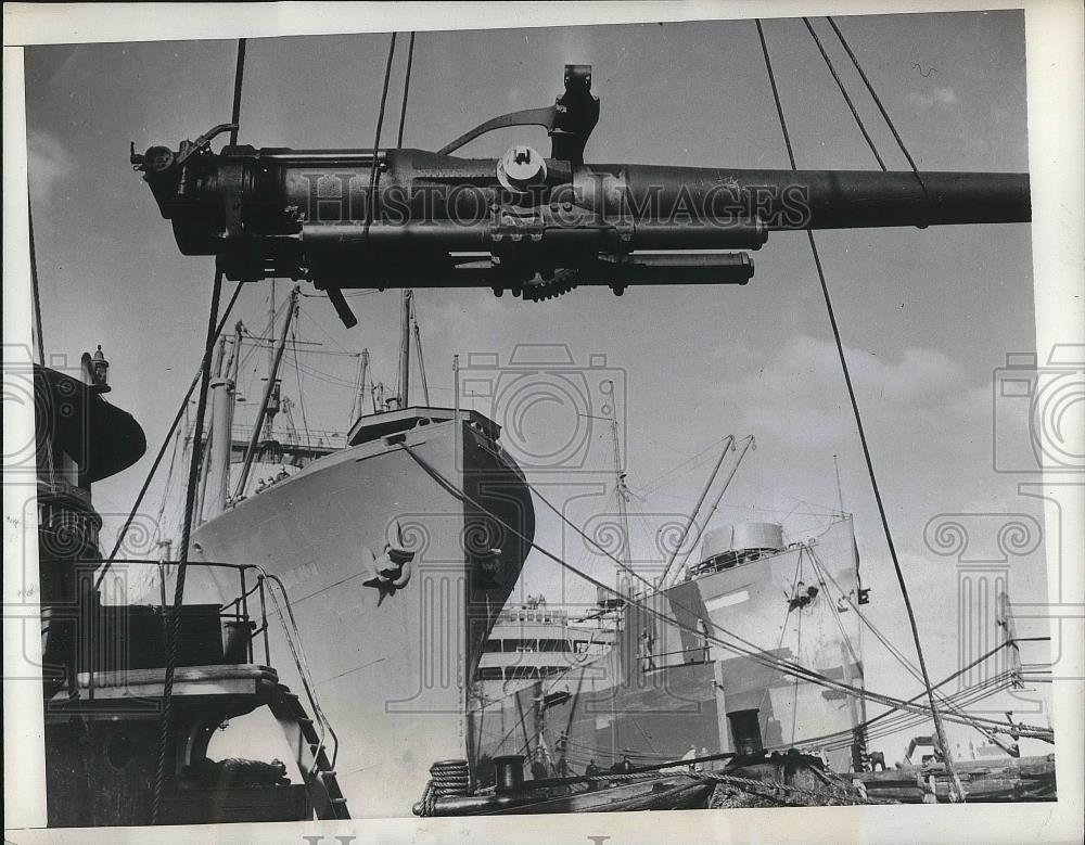 1942 Press Photo Heavy gun loaded to a ship in the USA - nea35120 - Historic Images