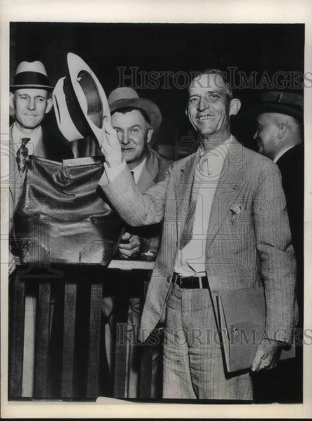 1931 Press Photo Abe Powers is relieved to be back in prison after escaping - Historic Images