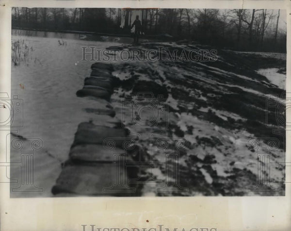 1932 Press Photo Broken levee at Grassy Lake, Miss. causes floods - nea37222 - Historic Images
