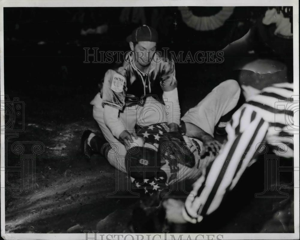 1942 Press Photo Jack Hanson Catcher Merrill-USher Softball - nea40728 - Historic Images