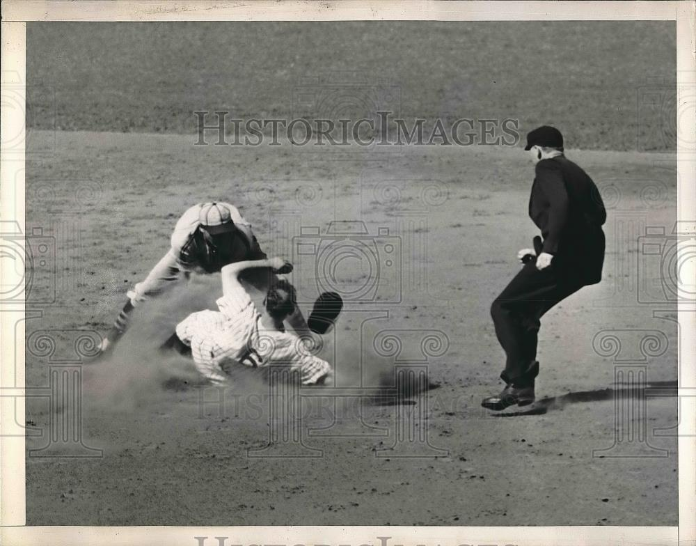 1941 Press Photo Joe Gordon of the New York Yankees stealing a base - Historic Images