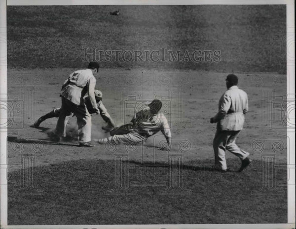 1935 Press Photo Gus Mancuso of Giants is Safe at Second - Historic Images