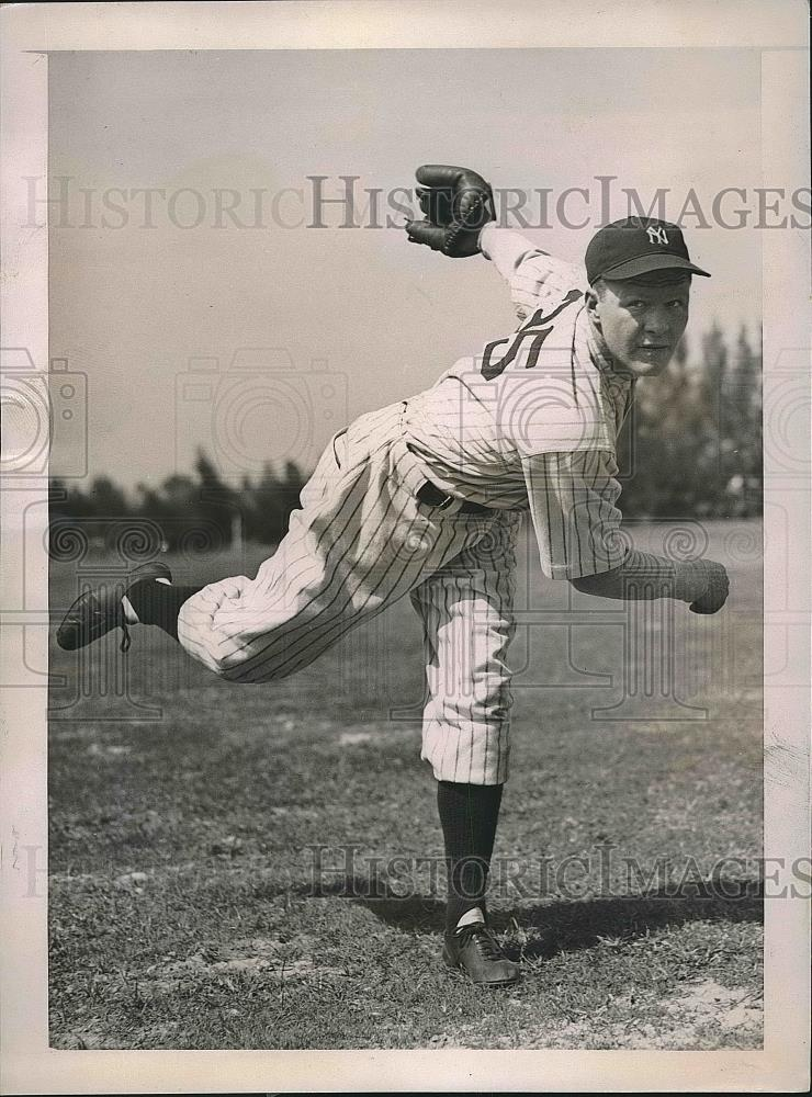 1937 Press Photo Spurgeon Chandler Pitcher Training Yankees - Historic Images