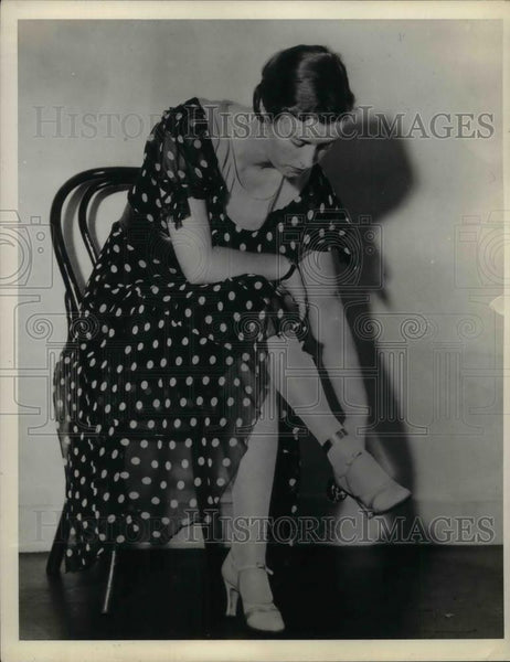 "1932 Press Photo Model Measuring Ankle ""The Key To What You Should Wear"" - Historic Images"