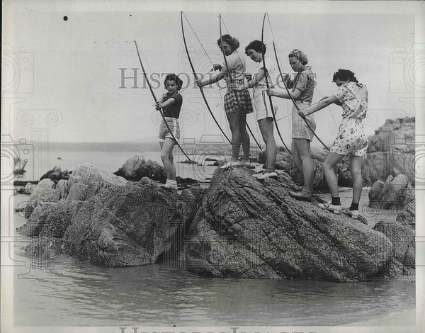 1934 Press Photo Monterrey High School Female Archers Practicing on Fish - Historic Images