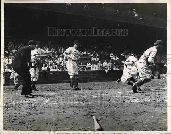 1936 Press Photo Pinky Whitney Slides Home Hit by Ball Gus Mancuso Giants MLB - Historic Images