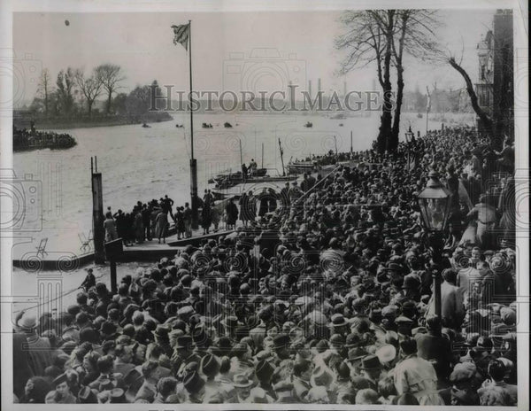 1938 Press Photo Crowd Watches Oxford Crew Beat Cambridge At Hammersmith England - Historic Images