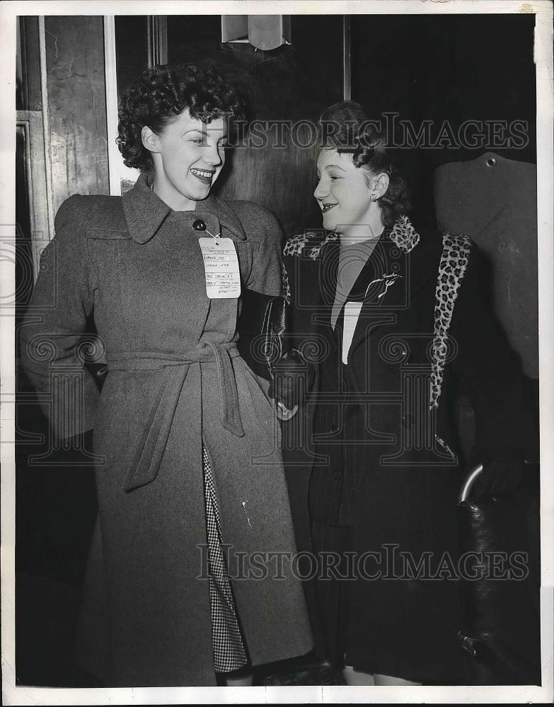 1946 Press Photo Mrs Ivy Ashmore and Mrs Josephine Repper passengers - nea63816 - Historic Images