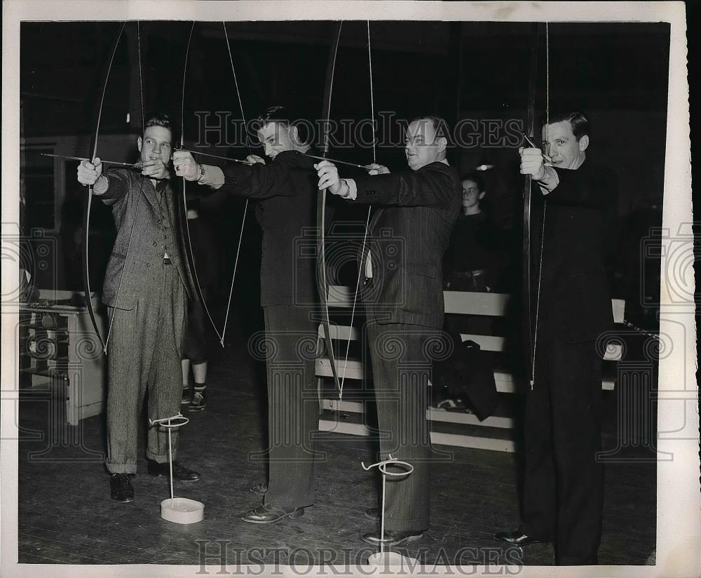 1940 Press Photo Chicago Cubs pitchers try archery at Spring training in CA - Historic Images