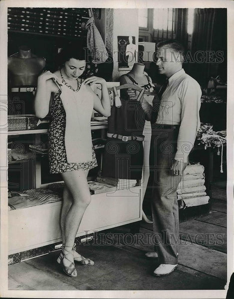 1936 Press Photo Couple Shopping for Bathing Suits in Miami Beach, Florida - Historic Images
