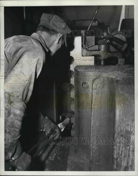 1941 Press Photo N. F. Spruill at Texasteel Company's Plant at Fort Worth - Historic Images