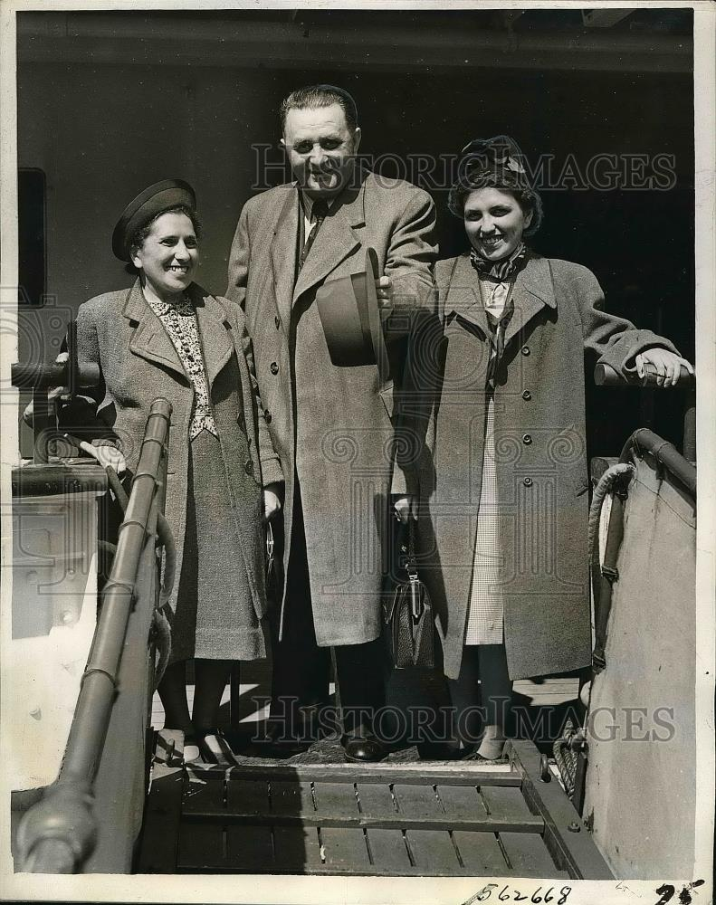 1940 Press Photo Karl Wolfer after 2 yrs in Nazi camp here with family - Historic Images