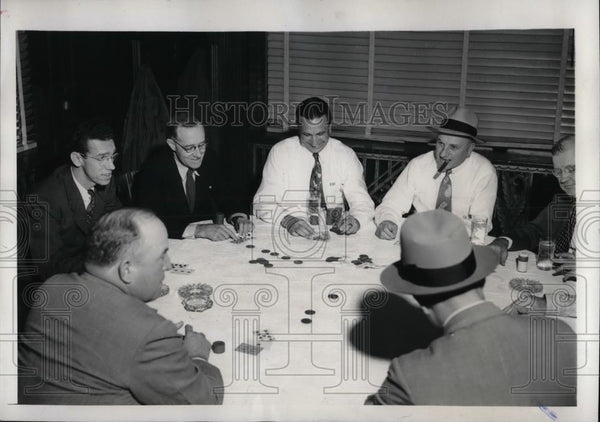 1946 Press Photo Houston, Tx Cards mgr Ed Dyer & friends play cards - nea65752 - Historic Images