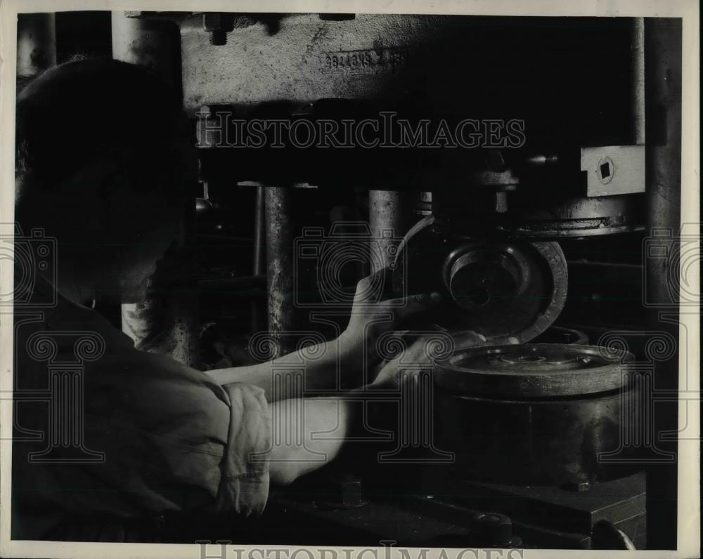 1939 Press Photo Jaws of Hydraulic Moulding press - nea65699 - Historic Images