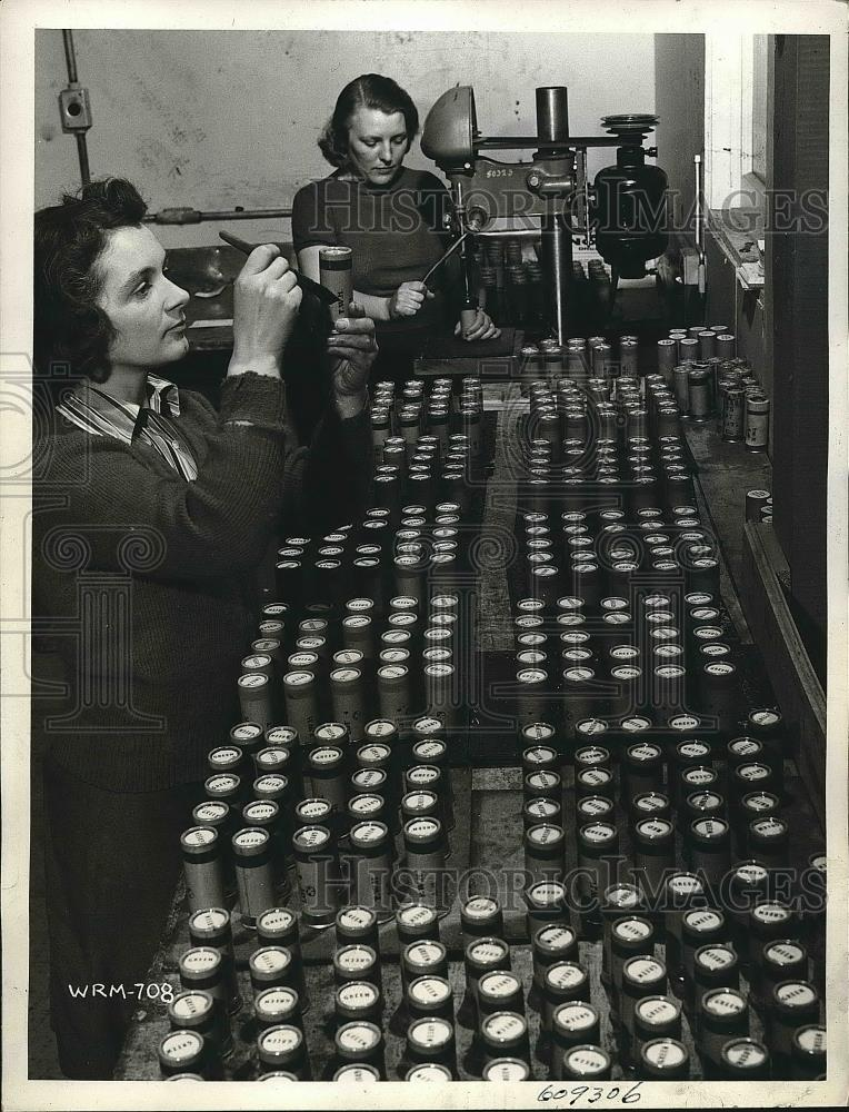 1941 Press Photo Workers in Canadian Factory Waterproofing Cartridges - Historic Images
