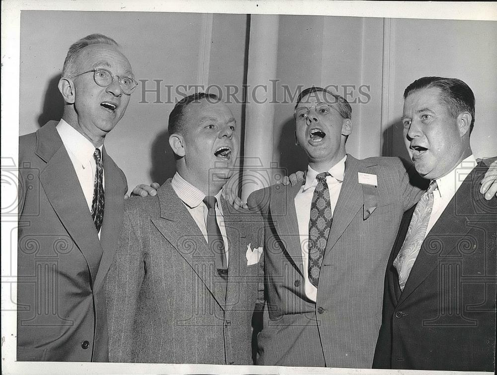 1943 Press Photo Hardware Dealers Quartet Warming Up for Chicago Convention - Historic Images